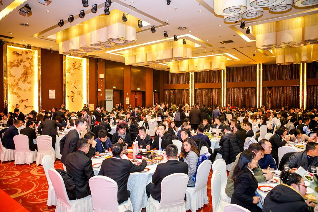 容纳上百人的晚宴大厅